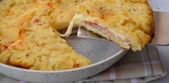 Plăcintă cu cartofi, șuncă și brânză – Se gătește în tigaie, în mai puțin de 20 minute